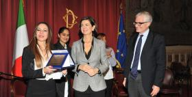 Gabriella Taras riceve il premio da Laura Boldrini